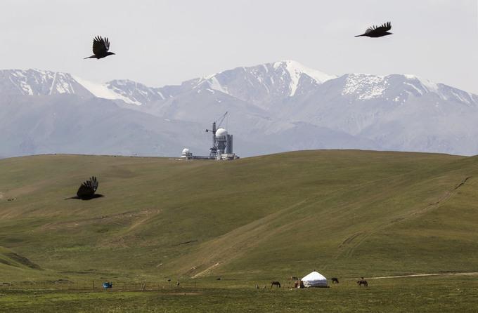 Một nhánh phía bắc của con đường tơ lụa sẽ đưa du khách tham quan qua miền Nam Kazakhstan. Trong ảnh là căn lều tròn của dân du mục và đài thiên văn xây dựng từ thời Liên Xô trên núi Assy Plateau. Khu vực này có độ cao khoảng 2.500 m so với mực nước biển. Ảnh: Shamil Zhumatov/Reuters.