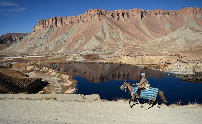 Một người đàn ông cưỡi ngựa nhìn ra hồ Band-e-Amir, nằm trong công viên quốc gia đầu tiên của Afghanistan tại tỉnh Bamiyan. Ngoài các hồ nước tuyệt đẹp, Bamiyan còn nổi tiếng với các bức tượng Phật khổng lồ chạm khắc vào núi đá gần 1.000 năm trước đây. Ảnh: Wakil Kohsar/AFP.