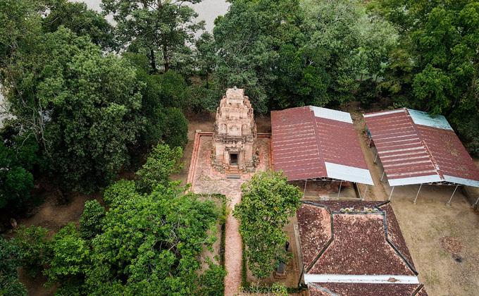 Nằm trên gò đất cao giữa đồng lúa tại xã Bình Thạnh (huyện Trảng Bàng, Tây Ninh), tháp cổ Bình Thạnh có niên đại xây dựng khoảng thế kỷ VIII - IX. Công trình là một trong những kiến trúc tháp cổ quý hiếm, tồn tại gần như nguyên vẹn, tiêu biểu cho kiến trúc thuộc nền văn hóa Óc Eo.