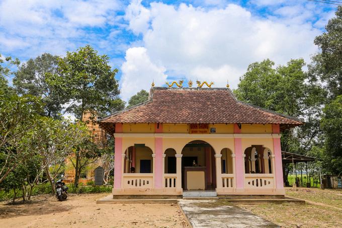 Cạnh tháp là đình Bình Thạnh, được xây dựng năm 1995. Hệ thống đền tháp ở Tây Ninh chứng minh nơi đây là địa bàn phát triển và nối tiếp từ văn hóa Đồng Nai đến văn minh Óc Eo cho tới khi người Việt đặt chân đến vào thế kỷ 17.