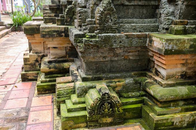 Tháp cổ Bình Thạnh được xây dựng bằng gạch với kỹ thuật tương tự như ở các đền tháp Chăm ở miền trung Việt Nam. Các viên gạch liên kết với nhau mà không cần một chất kết dính nào.