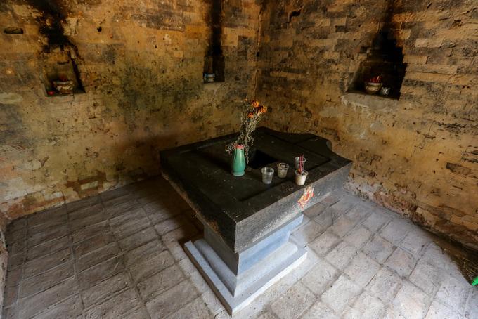 Không gian bên trong tháp nhỏ, thờ biểu tượng sinh thực khí Linga và Yoni.