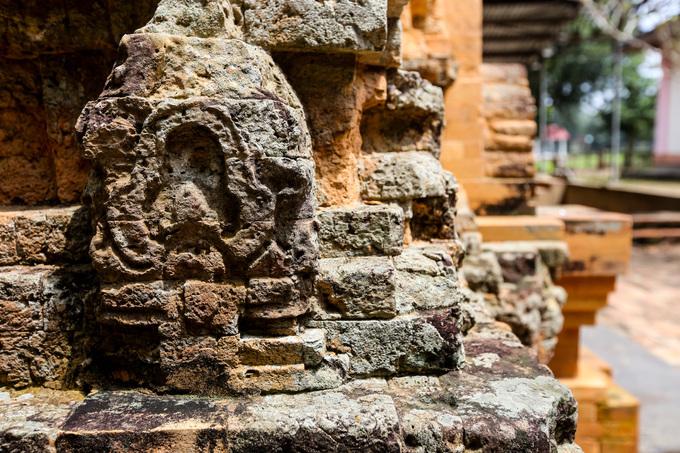 Hiện tháp Bình Thạnh (cùng với tháp Chóp Mạt ở Tây Ninh) là hai đền tháp còn nguyên vẹn của nền văn hóa Óc Eo. Tháp được trùng tu lớn vào năm 1998, dù vậy công trình này vẫn còn nhiều chỗ bị hư hỏng, gạch bong tróc, bị ăn mòn.