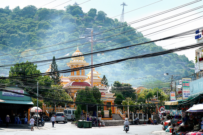 Nằm ở chân núi Sam, TP Châu Đốc, chùa Tây An được Tổng đốc Doãn Uẩn lập vào năm 1847, trải qua nhiều lần mở rộng, trùng tu. Đây còn là nơi bắt nguồn cho văn hóa tôn giáo của người dân quanh vùng nói riêng và miền Tây nói chung.