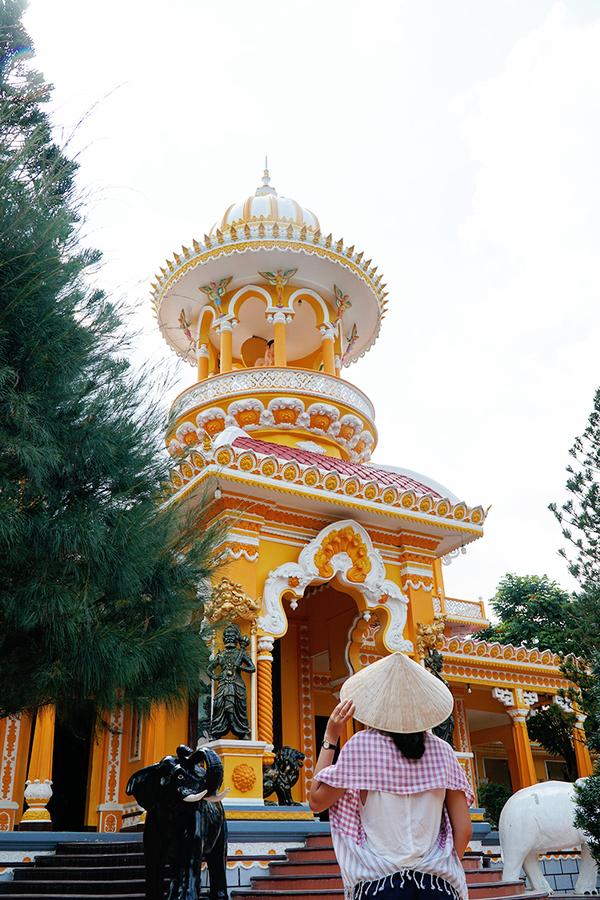 Hai ngọn tháp có phần dưới vuông giống như kiến trúc chùa tháp Việt, phần đỉnh lại mang dáng dấp kiểu Ấn Độ.