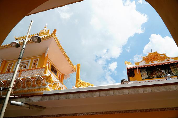 """Chùa tọa lạc trên nền đất cao và thoáng rộng. Tổng diện tích khuôn viên chùa là 15.000 m2. Đứng từ xa, du khách có thể nhìn thấy chùa với điểm nhấn ấn tượng là ba ngôi cổ lầu nóc tròn hình củ hành, màu sắc rực rỡ.  Chùa cất theo lối chữ tam, được Trung tâm sách kỷ lục Việt Nam công nhận là """"ngôi chùa có kiến trúc kết hợp phong cách nghệ thuật Ấn Độ và kiến trúc cổ dân tộc đầu tiên tại Việt Nam""""."""