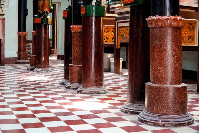 Nền chùa lát gạch bông. Đằng sau chánh điện là gian nhà thờ rộng thoáng. Các cột gỗ được trùng tu, đỡ bằng trụ bê tông.