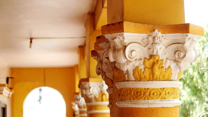 Chùa được xây dựng với các vật liệu bền chắc như gạch ngói, xi măng. Họa tiết thể hiện kiến trúc Việt ở các cây cột.