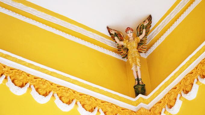 Tượng các vị thần Ấn Độ trên trần tại lối vào chánh điện.
