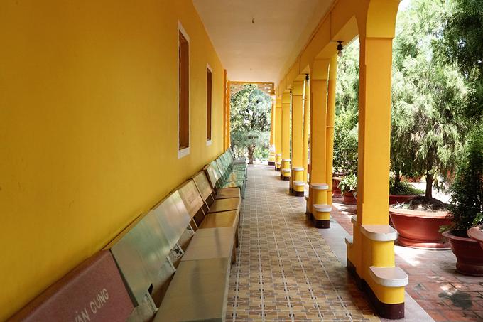 Chùa được bao quanh bởi khu vườn có nhiều cây cối xanh mát. Bên trong sân chùa có một cột phướn cao 16 m.