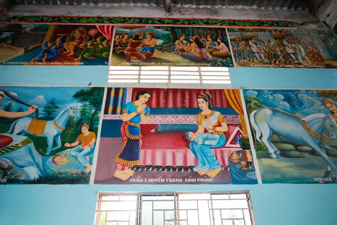 Trên trần nhà là những bức bích họa kể về công việc và con đường tu hành của Đức Phật.