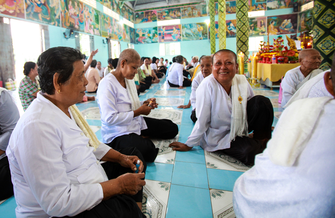 Người dân Khmer mỗi tháng đến chùa bốn lần để lễ Phật, tụng kinh, tu dưỡng đạo đức để mong được hưởng quả phúc. Họ coi chùa còn quan trọng hơn nhà mình. Ngoài nhiệm vụ chính là thực hiện các hoạt động tôn giáo, chùa còn là trung tâm văn hóa giáo dục của phum, sóc (làng, xã). Trong khuôn viên chùa có trường học dạy chữ Khmer, chữ Pali, dạy kinh... Đây cũng là nơi lưu giữ các tập truyện kể dân gian xưa và nay hoặc các vốn văn hóa truyền thống.