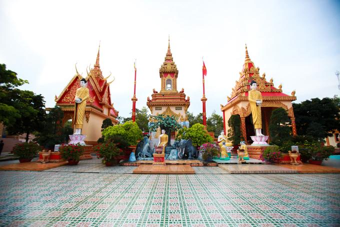 Chùa là trung tâm tôn giáo lớn và đẹp bậc nhất của người Khmer ở Bạc Liêu và cả vùng Nam Bộ, khởi công từ năm 1887. Khuôn viên chùa rộng, có nhiều hạng mục như: chánh điện, sala, mộ tháp… Các công trình này cách nhau cả trăm mét, xen giữa là những khoảng sân, mảnh vườn, cây cối, tạo một không gian thanh bình, yên ả.