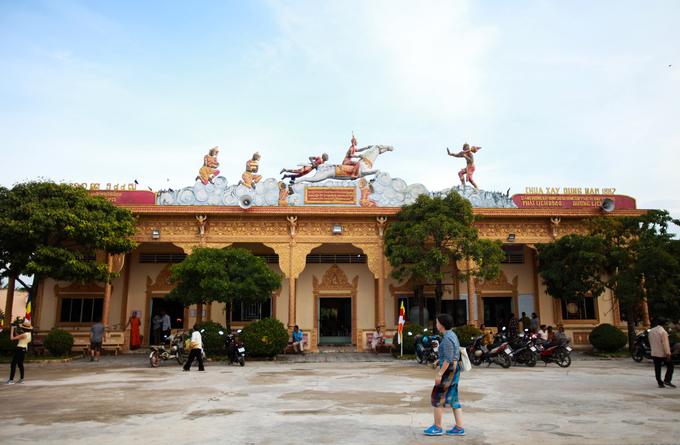 Chánh điện của chùa nằm trên nền cao 1,5 m, chia làm nhiều cấp bậc và có hành lang bao xung quanh. Trên chánh điện có khắc tượng hình Xa Nặc dắt con bạch mã Kiền Trắc đưa Thái tử Tất Đạt Đa qua sông đi tìm đường giác ngộ.