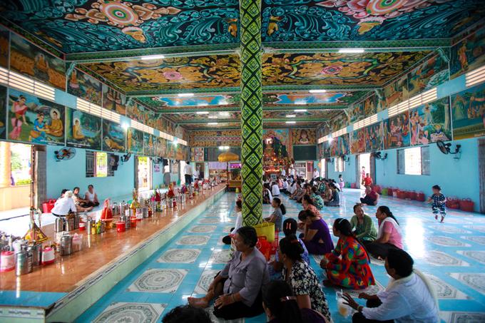 Bên trong chánh điện là hai hàng cột cao nâng đỡ mái chùa. Mái được cấu trúc thành nhiều tầng lớp chồng lên nhau, tạo ra khoảng không gian cao vút, hòa với đỉnh nhọn như một chóp tháp. Chánh điện chỉ thờ duy nhất Đức Phật Thích Ca với các bức tượng ở nhiều tư thế khác nhau như Phật ngồi trên mình rắn Naga, Phật ngồi thiền định, Phật đi khất thực, Phật nhập Niết bàn...