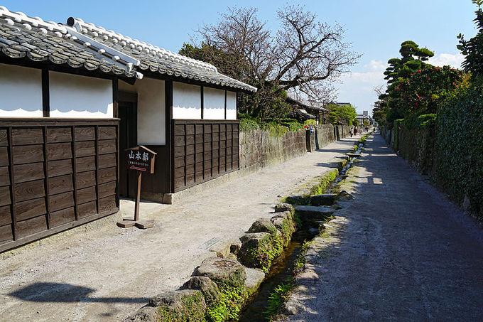"""Shimabara là thành phố thuộc tỉnh Nagasaki. Trong thời kỳ Edo (1603-1868), nơi đây là một thị trấn sầm uất với các hoạt động giao thương. Nhờ nguồn nước tinh khiết, thị trấn còn thu hút nhiều du khách nhờ """"những con đường cá chép"""" xuất hiện ở đây."""