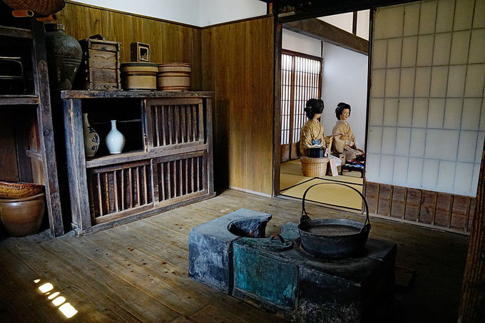 Khám phá Shimabara, bạn có thể ghé những ngôi nhà samurai được xây dựng từ thời Minh Trị mở cửa cho du khách tham quan. Tại đây, có những bức tượng mô phỏng sinh hoạt của người dân khi xưa.