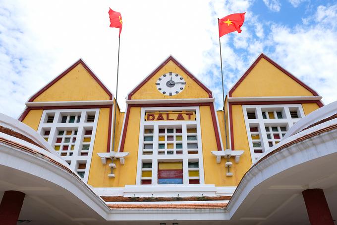 Phần mặt tiền ấn tượng với kiến trúc ba chóp mái nối liên tiếp thể hiện ba đỉnh của núi Langbiang hay mái nhà rông Tây Nguyên.