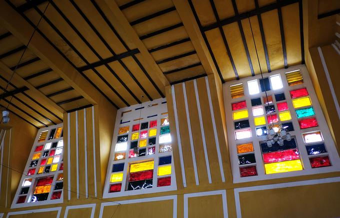 Không chỉ chú trọng yếu tố kỹ thuật, ga Đà Lạt còn quan tâm tới các yếu tố thẩm mỹ trong thiết kế. Những ô cửa kính màu gợi nhớ tới kiến trúc của các nhà thờ châu Âu.