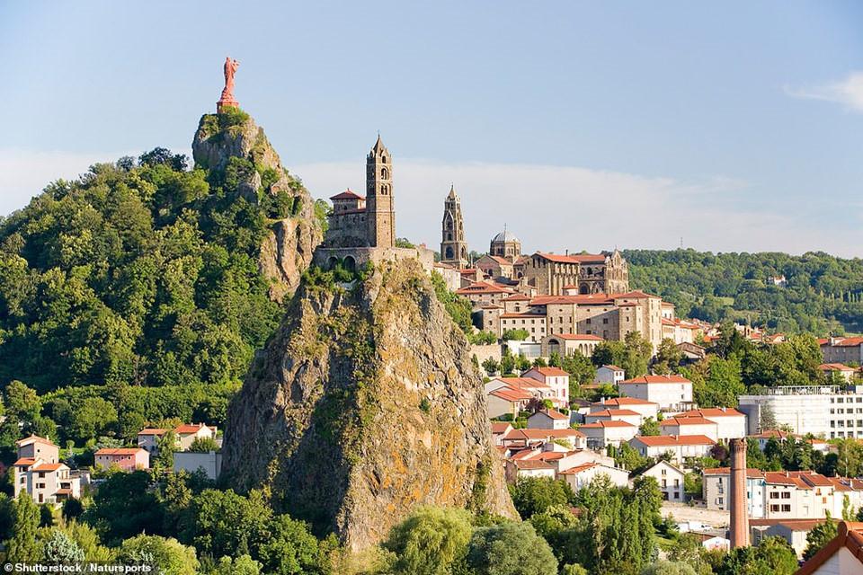 Nhà nguyện Saint-Michel d'Aiguilhe gần Le Puy-en-Velay, miền nam nước Pháp, đã có tuổi đời 1.000 năm được xây dựng trên một mỏm núi lửa cao 86 m. Để lên nhà nguyện này bạn sẽ phải leo 268 nấc thang khắc vào vách đá.