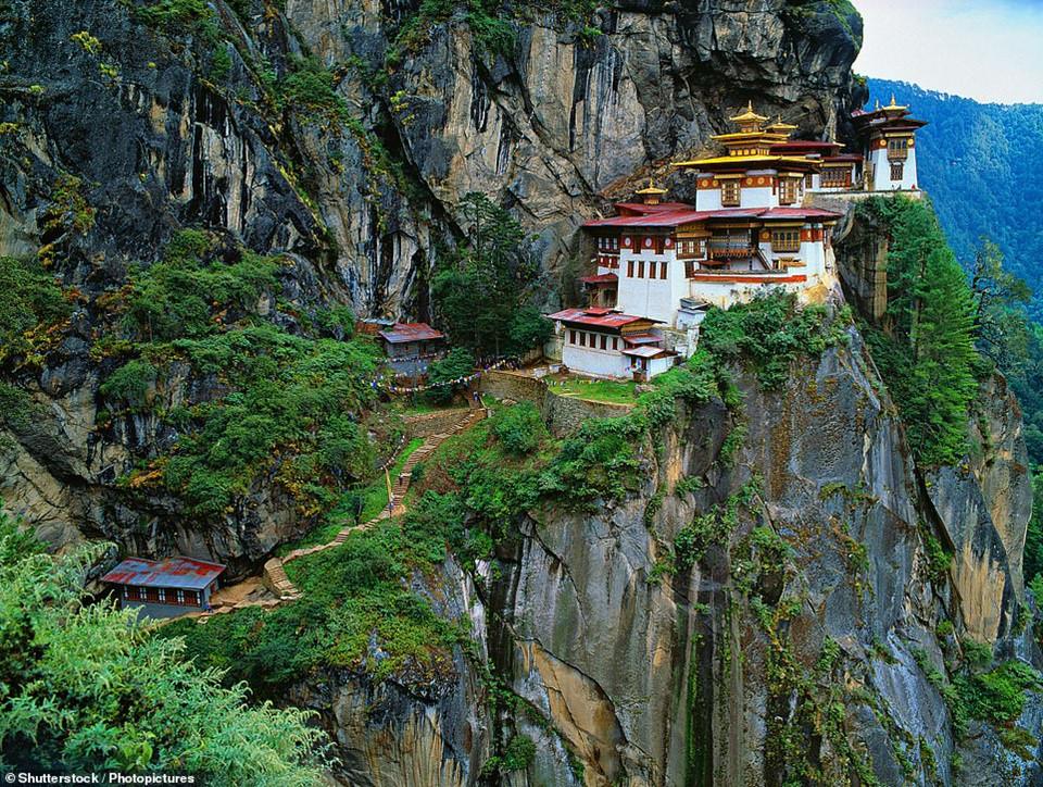 """Paro Taktsang, có nghĩa là """"hang hổ"""", là một khu phức hợp đền thờ Phật giáo ở Bhutan, trên dãy Himalaya. Được xây dựng từ năm 1692, khu phức hợp gần như bị phá hủy hoàn toàn trong một đám cháy năm 1998. Tuy nhiên, chính phủ Bhutan đã cho xây dựng và khôi phục lại địa điểm độc đáo này."""
