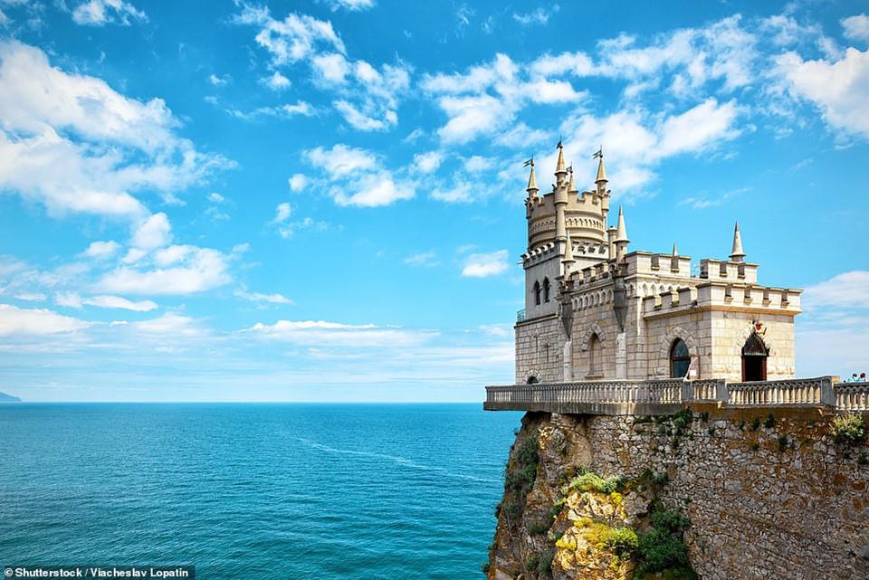 Lâu đài Nest ở Swallow được xây dựng trên rìa vách đá Aurora ở Crimea, Nga. Lâu đài được xây dựng từ năm 1911 và đã đứng vững sau một trận động đất lớn ở đây. Ngày nay, lâu đài mở cửa đón tiếp du khách và có một nhà hàng Italy bên trong.