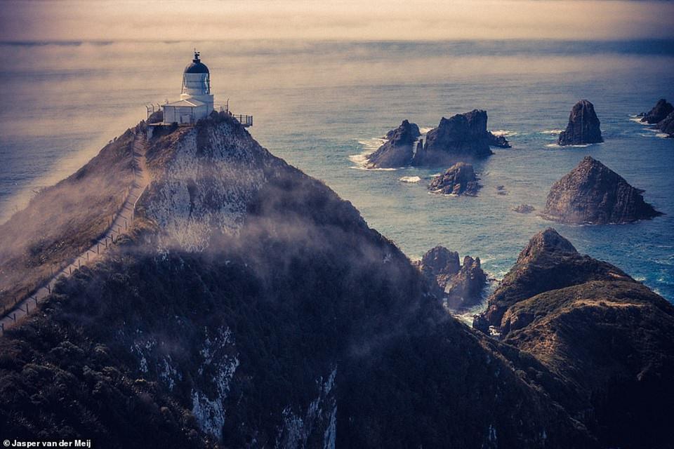 Hải đăng Nugget Point là một trong những địa danh dễ nhận biết nhất trên một hòn đảo phía nam của New Zealand. Người ta mất 4 năm xây dựng ngọn hải đăng này. Nơi đây chiếu sáng lần đầu vào năm 1870.