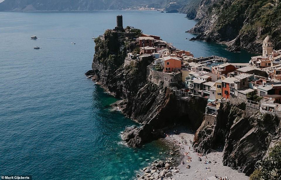 Ngôi làng nhỏ xinh đẹp ở vùng Vernazza nằm trên vách đá tại bờ biển Cinque Terre, Italy cũng là một trong những địa danh thu hút du khách bởi địa hình khác biệt. Không có xe hơi nào được phép vào ngôi làng, nơi đây từng là địa điểm được hải quân Italy bảo vệ khỏi cướp biển.