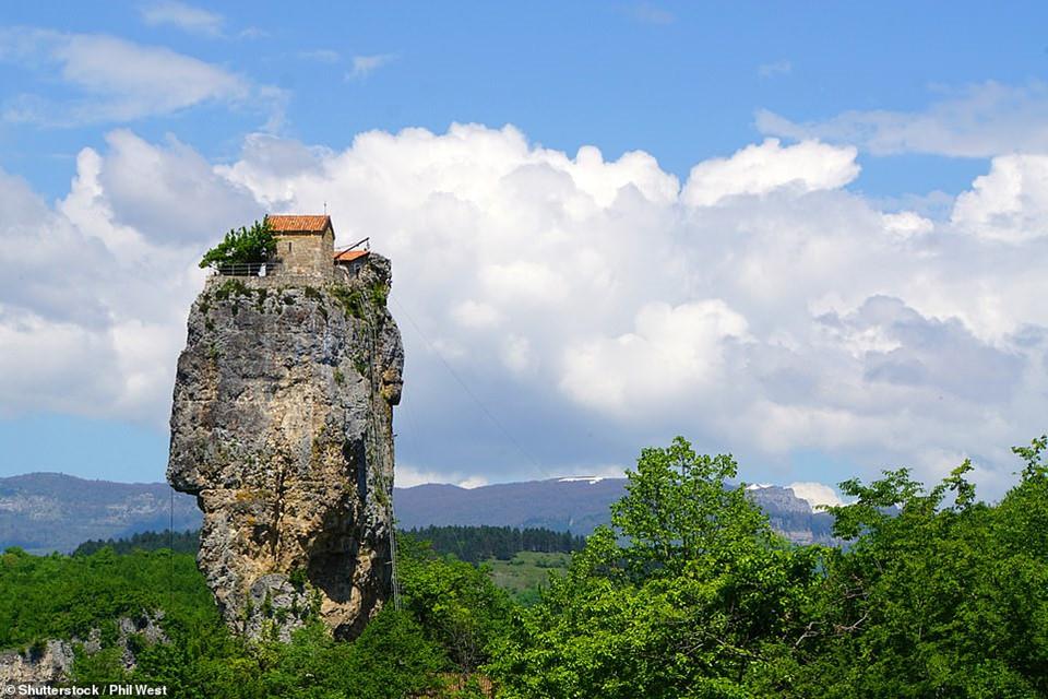 Nhà thờ ấn tượng trong hình nằm trên đỉnh Katskhi Pillar cao 40 m ở Georgia. Trong nhiều thế kỷ tồn tại, người dân địa phương chỉ có thể nhìn lên. Mãi tới năm 1944, một nhóm nhà leo núi do Alexander Japaridze dẫn đầu mới leo lên để khám phá bên trong nhà thờ.
