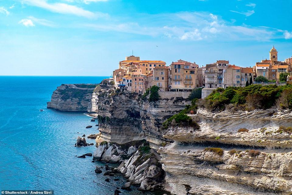 Thị trấn cổ có lịch sử lâu đời và kiến trúc tuyệt đẹp này nằm ở Bonifacio, thuộc đảo Corsica, Pháp. Nơi đây được xây dựng bên một vách đá vôi. Cách tiếp cận tốt nhất để tới đây là đi bằng thuyền.