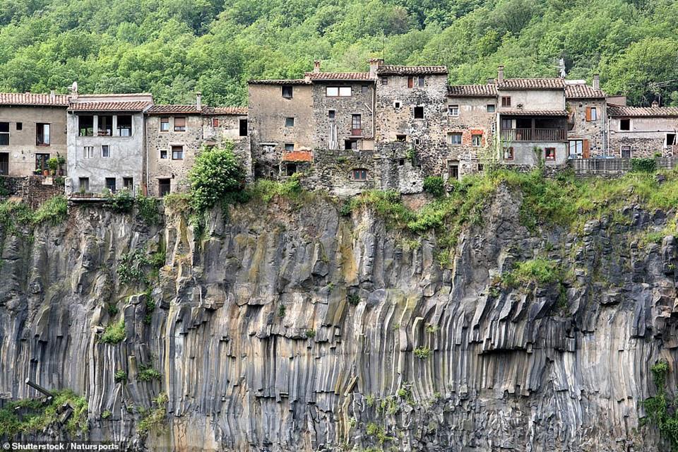 Castellfollit de la Roca là một ngôi làng đẹp như tranh vẽ, được xây dựng từ thời trung cổ, trên một cột đá bazan ở đông bắc Tây Ban Nha. Tới đây tham quan, bạn đừng nhìn xuống vách đá nếu không muốn hoảng sợ.