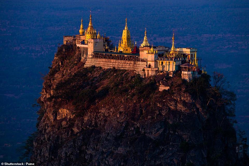 Đền Popa Taungkalat tráng lệ nằm trên đỉnh núi Popa, Myanmar. Để tới được đây, bạn sẽ phải dũng cảm leo lên 777 bậc thang cùng với bầy khỉ hoang dã để lên tới đỉnh.