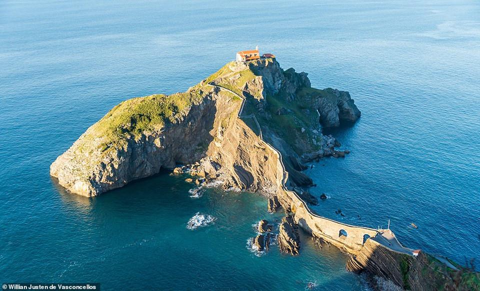Tòa nhà độc đáo này nằm trên một vách núi giữa biển ở Gaztelugatxeko Doniene, vịnh Biscay, Tây Ban Nha. Tòa nhà được xây dựng từ thế kỷ thứ 10 và có một cây cầu nối từ đất liền để đưa người tới đảo.