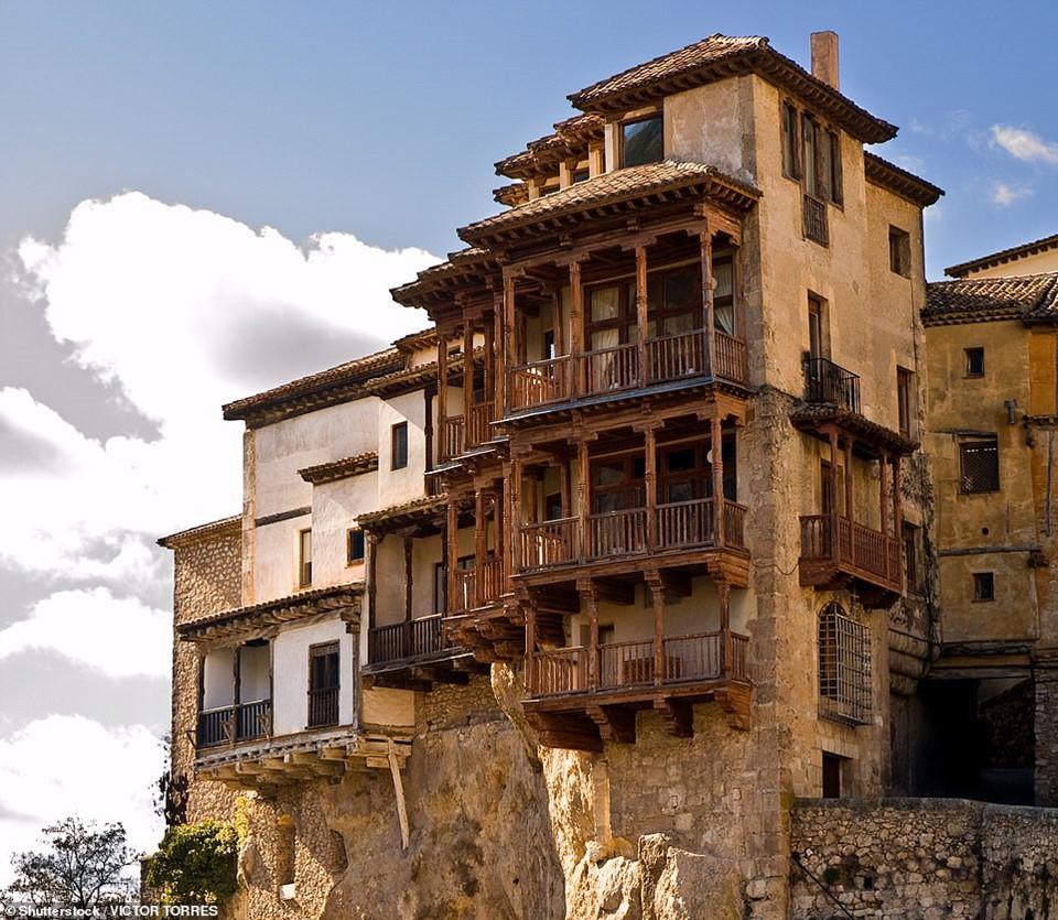 Tòa nhà Casas Colgadas, có nghĩa là ngôi nhà treo, nằm ở tỉnh Cuenca của Tây Ban Nha, sở hữu kiến trúc độc đáo, cheo leo trên vách đá. Phần ban công của căn nhà được thiết kế từ các khung gỗ, nhô ra khỏi tường đá đem đến sự mạo hiểm cho những người chinh phục nơi này.