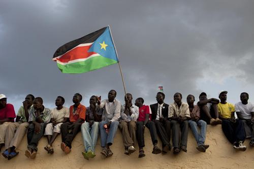 Người dân vẫy cờ Nam Sudan. Ảnh: Usip.