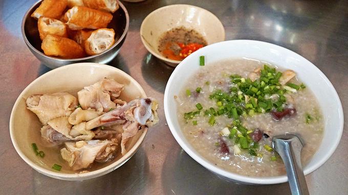 Thực tế: Nhiều khách Tây đã phải thốt lên, Việt Nam có quá nhiều đồ ăn ngon. Kế hoạch ngày ăn phở 3 bữa của họ đã bị phá sản hoàn toàn. Thay vào đó, họ có rất nhiều món khác để thưởng thức như bún chả, nem nướng, bánh mì, các món cuốn... trong suốt hành trình khám phá dải đất hình chữ S. Ảnh: Di Vỹ.