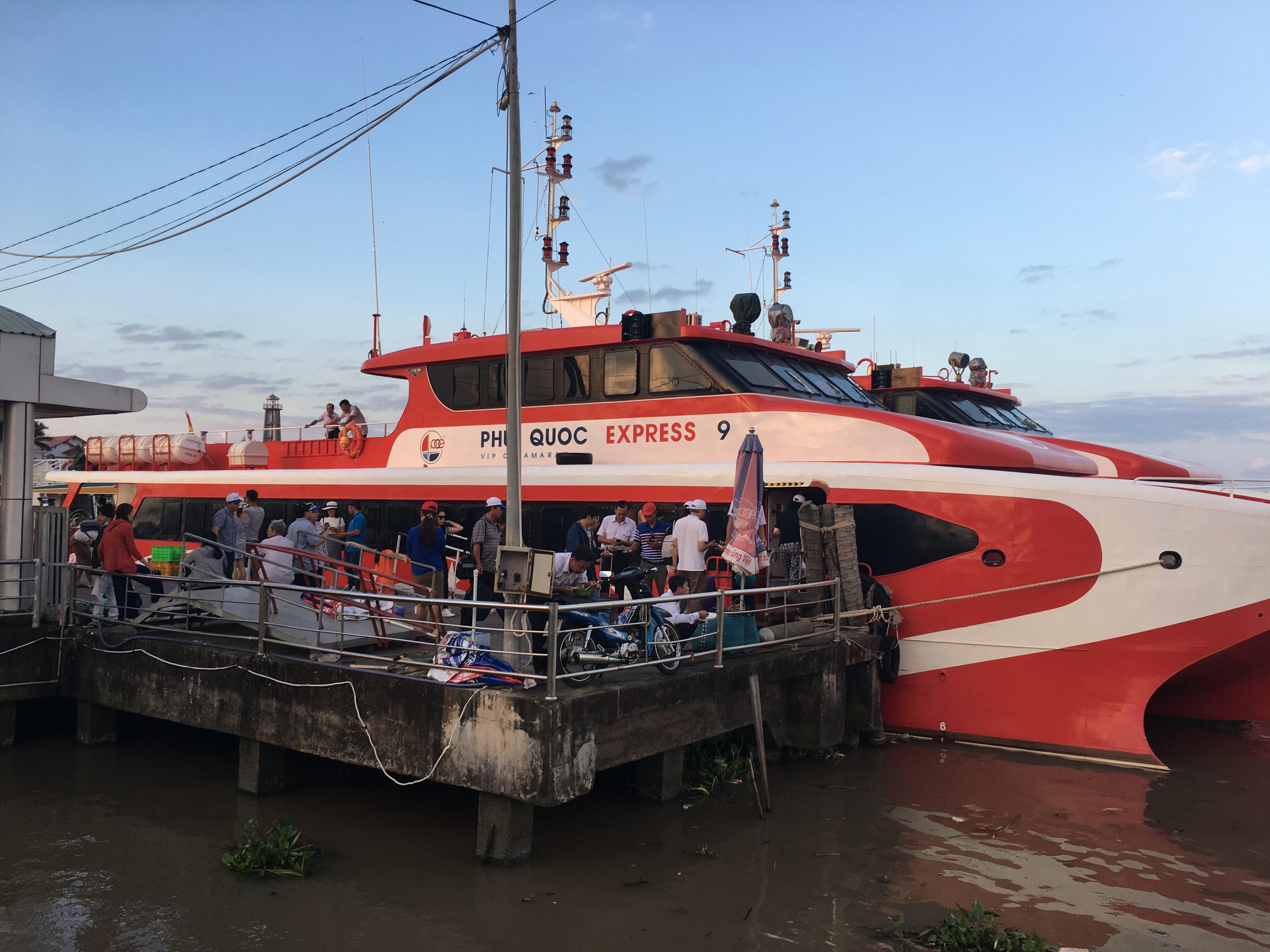 Chiếc tàu màu đỏ nổi bật chở chúng tôi tới Nam Du