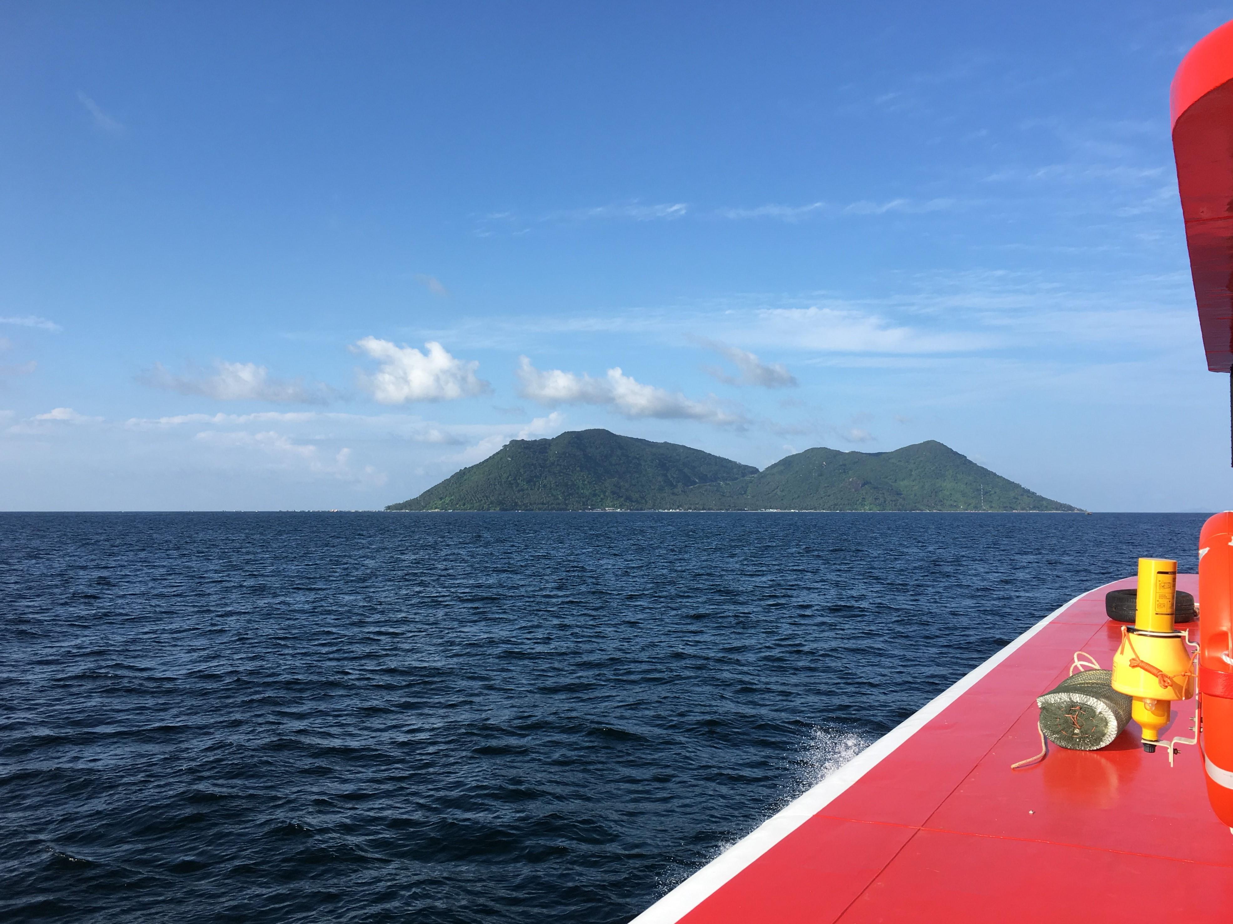 Những hòn đảo dọc đường biển tàu qua