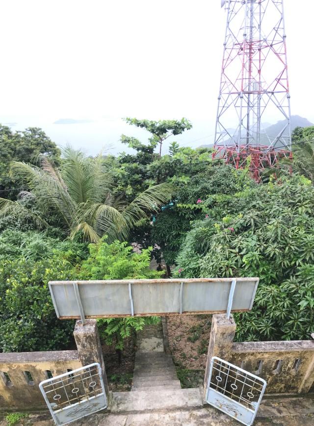 Cổng vào trạm hải đăng Nam Du