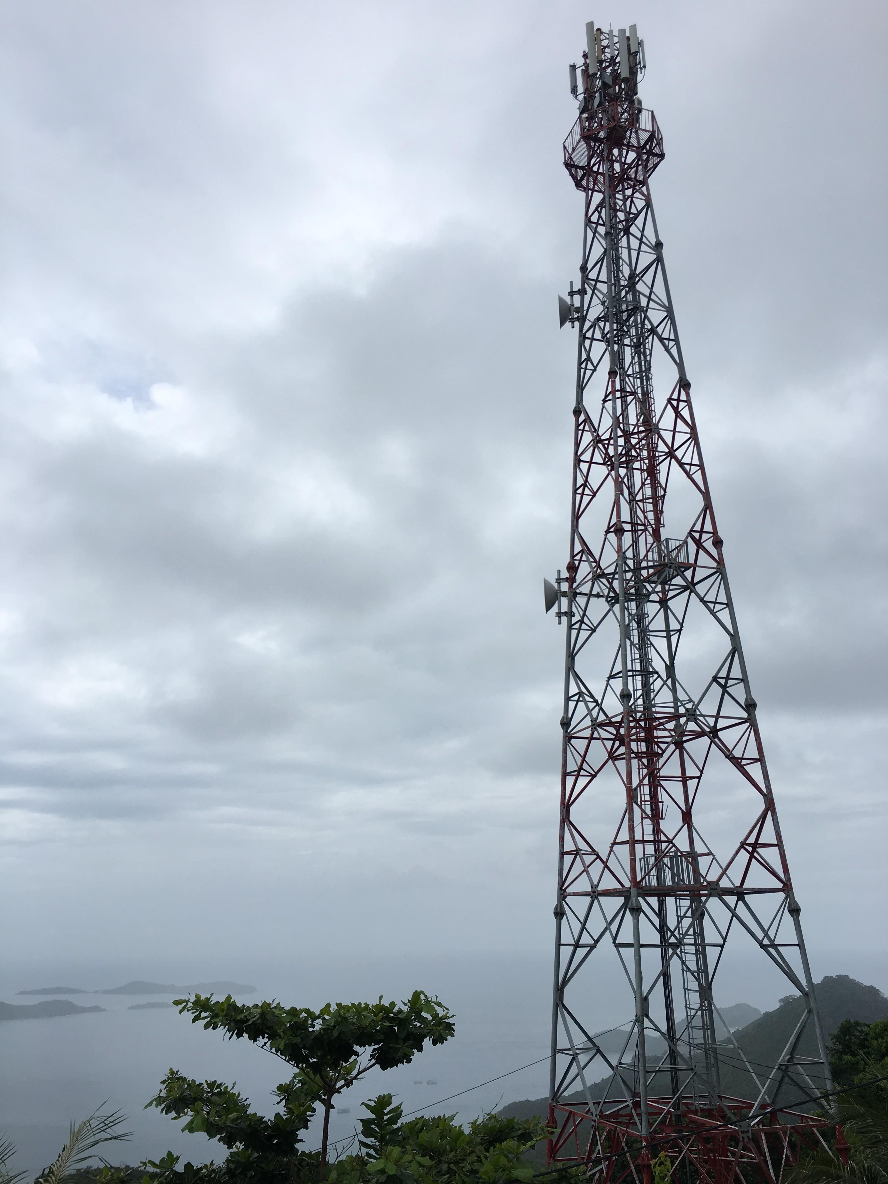 Tháp truyền hình trên đỉnh núi cao nhất của Củ Tron
