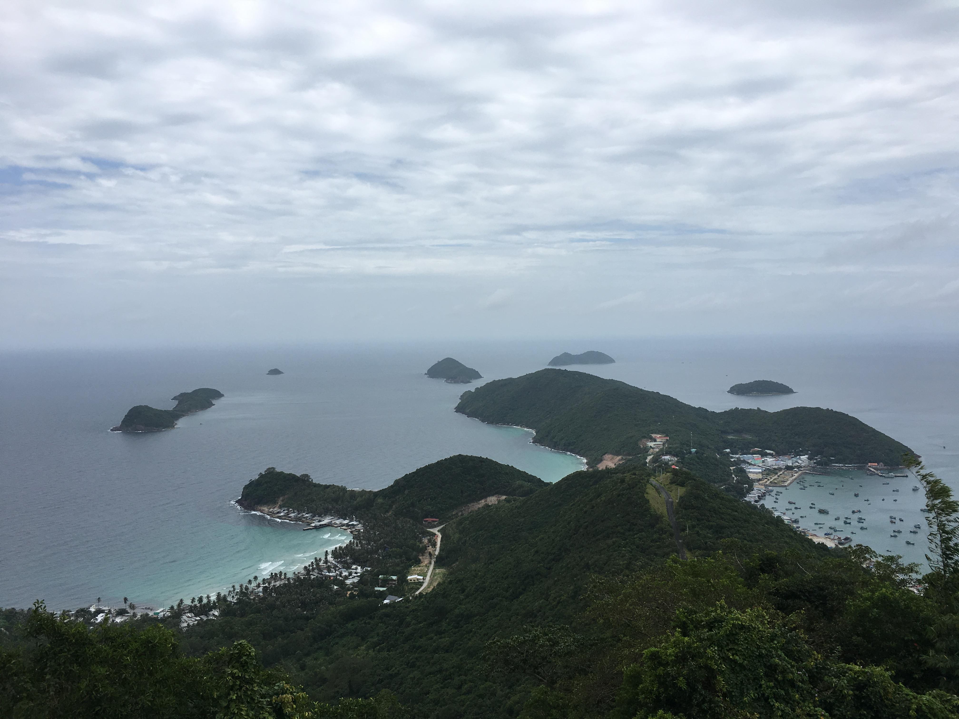 Toàn cảnh quần thể Nam Du từ hải đăng nhìn xuống