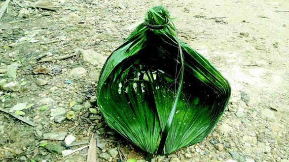 Lá cọ được buộc thành túi rất đẹp để đựng măng, cá, rau lúc lên rừng kiếm thức ăn - Ảnh: ĐỖ QUANG TUẤN HOÀNG