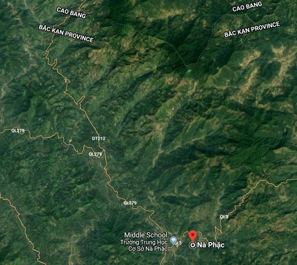 Hướng dẫn một phần đường đi tới Phiêng Chỉ: từ ngã ba Nà Phặc rẽ trái theo quốc lộ 279, đi khoảng 9km sẽ thấy một ngã ba nữa, đi thẳng theo đường tỉnh 212 về hướng Nà Bản. Tiếp tục đi khoảng 5km sẽ thấy một dốc nhỏ bên tay phải. Đó là đường đi lên thôn Phiêng Chỉ - Ảnh chụp màn hình