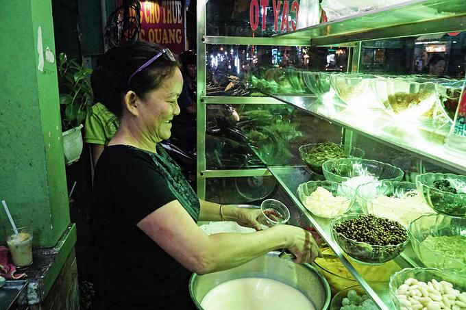 """Là một trong những người đầu tiên bán món ăn này, cô Lê Thúy Phượng (57 tuổi) cho hay, quán của cô đã mở được 18 năm. Bà chủ nhớ lại, khu vực này trước đây không sầm uất như bây giờ. Thời đó, khách chủ yếu là người sống quanh quận 10.  """"Chúng tôi phải liên tục thay đổi nguyên liệu chế biến để món ăn đảm bảo tiêu chuẩn, cũng như chất lượng phục vụ cho khách"""", cô Phượng kể."""