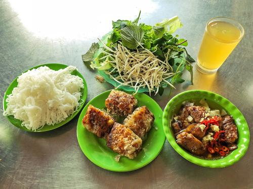 Suất ăn có giá cao hơn trung bình nhưng đầy đặn, nhiều bún nên khách no lâu.