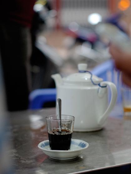 Ai cũng chọn cho mình một loại thức uống quen thuộc. Cà phê sữa đá và nóng có giá từ 15.000 đồng một ly. Ảnh: Tâm Linh.