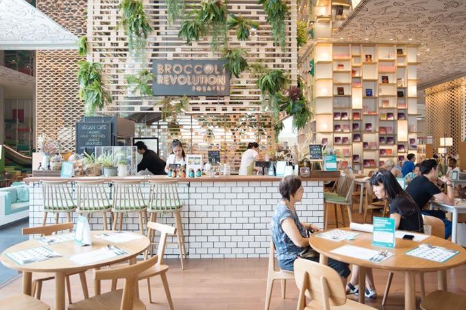 Công trình được thiết kế và thi công bởi công ty kiến trúc Nhật Bản Klein Dytham Architecture nên mang phong cách sáng sủa, đơn giản và hiệu quả. Dù mỗi ngày tiếp đón lượng khách rất đông nhưng không cây cảm giác ồn ào, ngột ngạt. Mỗi người vẫn có thể tìm cho mình không gian riêng tư để tập trung làm việc hoặc trò chuyện.
