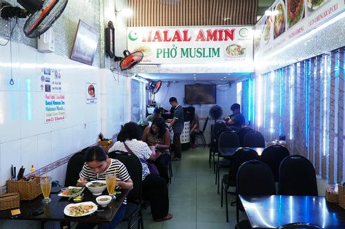 Quán ăn bán món Việt theo phong cách Hồi giáo. Ảnh: Di Vỹ.