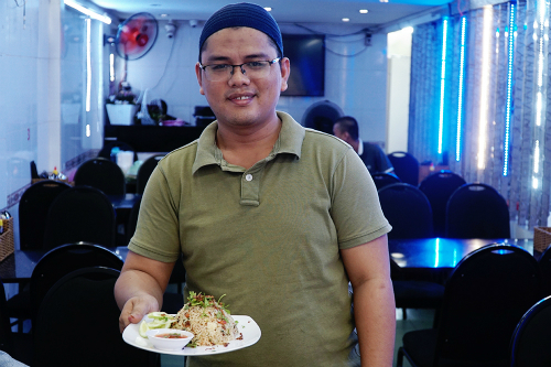 Bạn có thể chọn món nasi goreng seafood (cơm chiên hải sản) để đổi vị, món ăn có giá 65.000 đồng một suất. Ảnh: Di Vỹ.