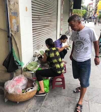Người dân Hà Nội thường chọn ăn xôi buổi sáng cho no bụng.